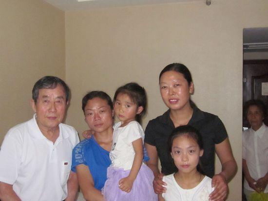 陈秉中与马霞和刘翠红母女在一起