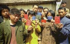 1东湖村卖血农民持多个卖血证奔走于各血站之间(高耀洁供稿)