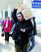 10桂希恩教授为艾滋病村送医送药
