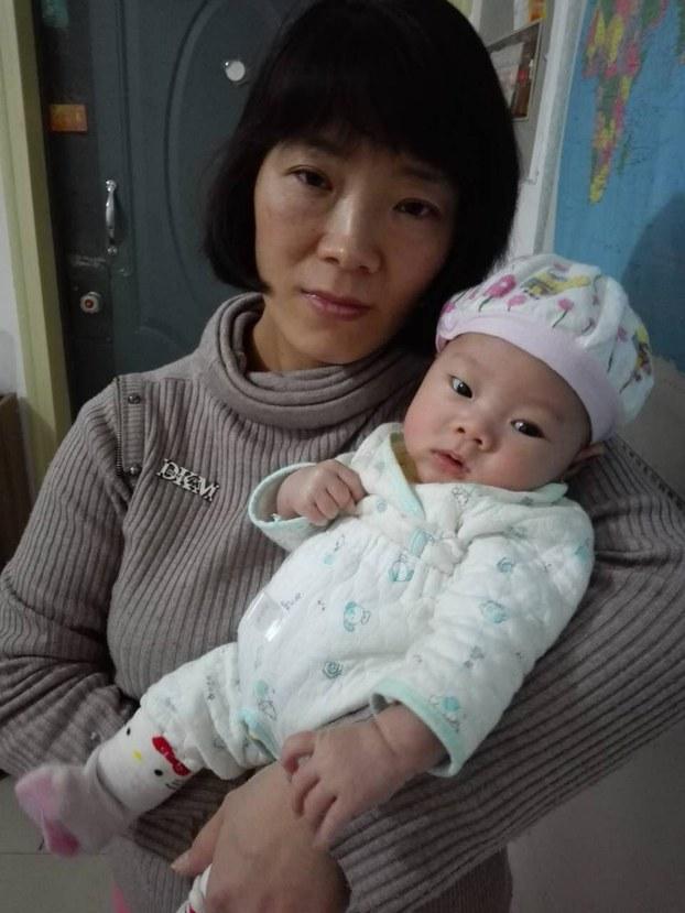 张海涛妻子李爱杰与刚满月的儿子/忻霖独家