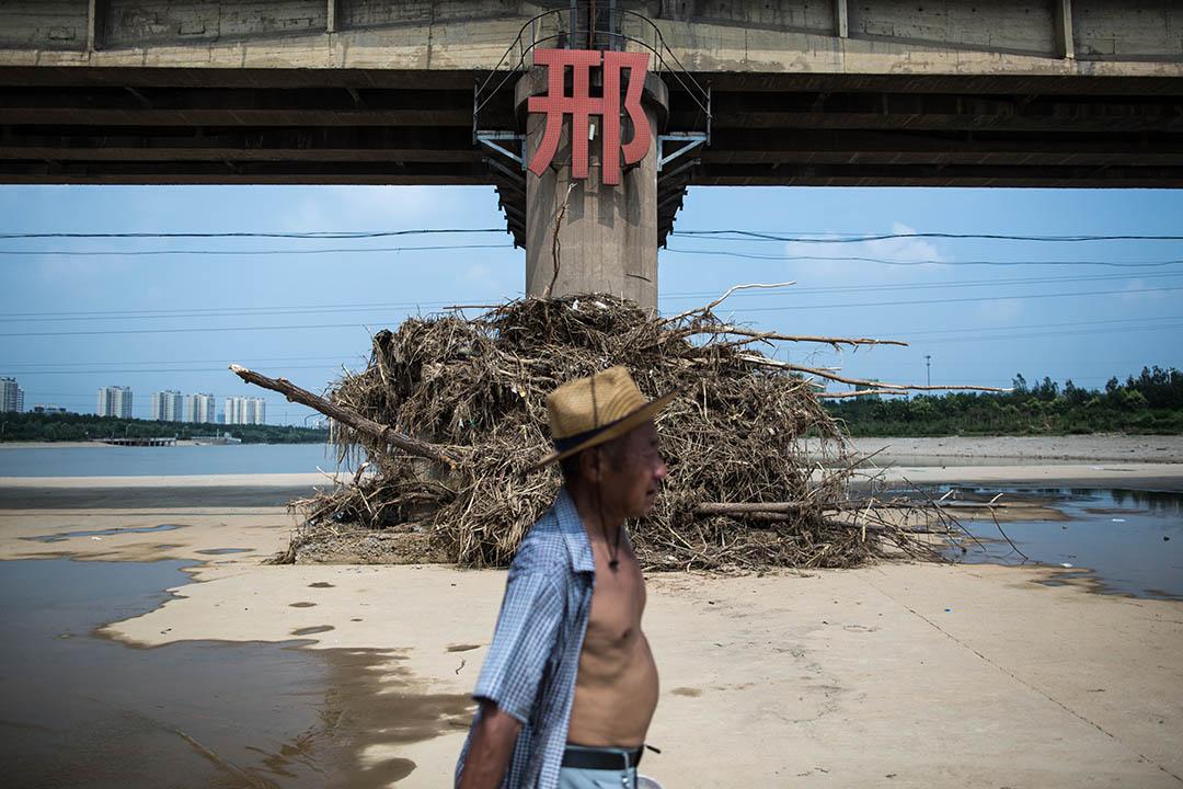 邢台市災後的七里河有不少市民休憩
