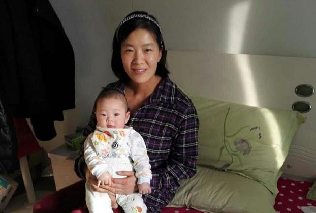 李爱杰抱着儿子小曼德拉