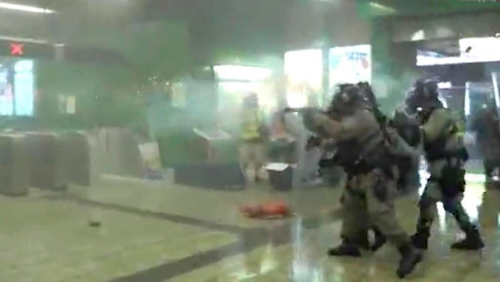 香港前线医护人员抗议警察暴行无限期罢工