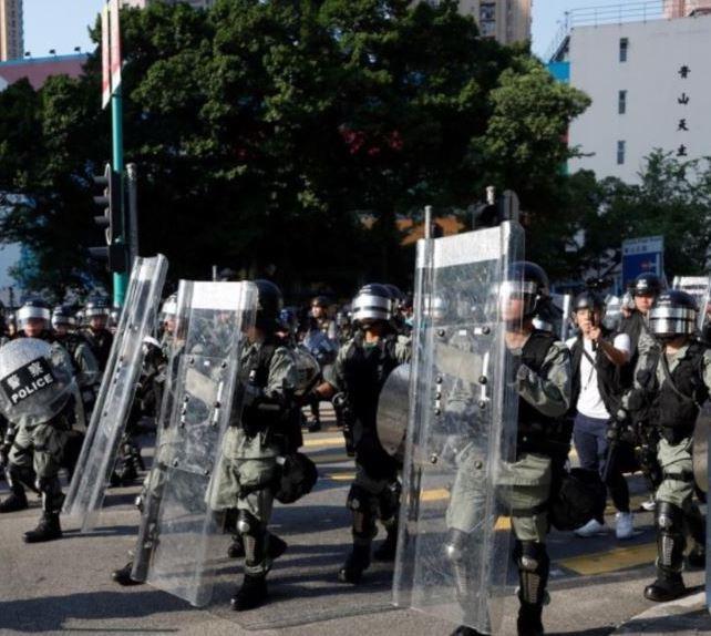 香港多处再爆警民冲突 警方射催泪弹强力清场