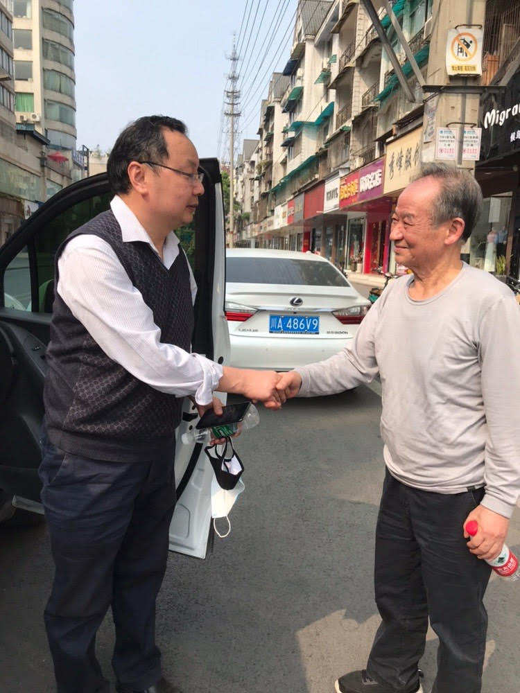 贵州杨绍政教授为六·四遇难者肖杰、吴国锋扫墓